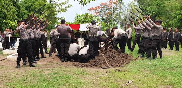 Suasana Pemakaman Alm Brigjen Pol Purn Drs. Ridho Waseso di TMP Bedingin