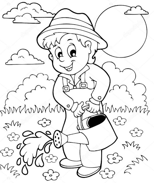 Horticultor regando su huerto con una regadera