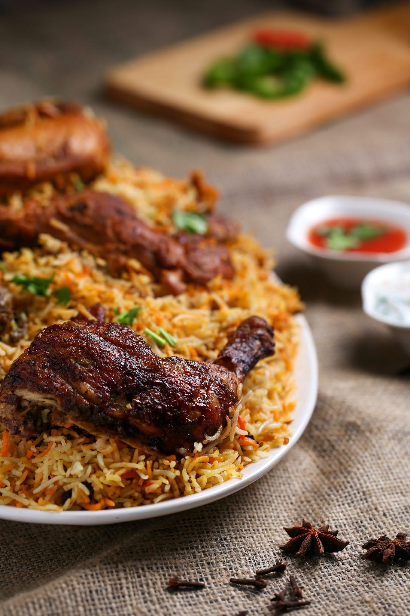 """صورة لوجبة طعام لذيذة من الرز والدجاج واللحم """" كبسة """""""