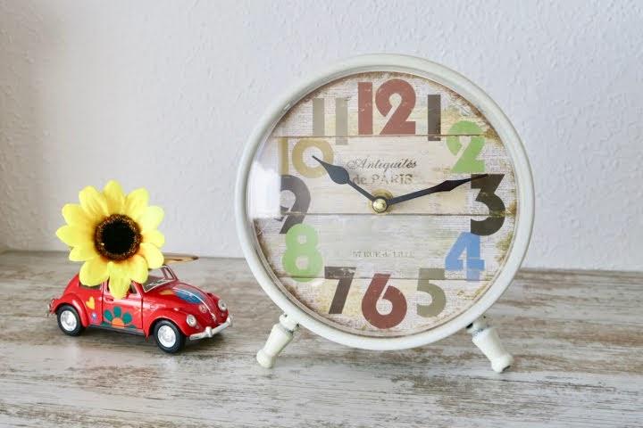 サマーカラフル時計とひまわりと赤いワーゲンビートルのミニカー