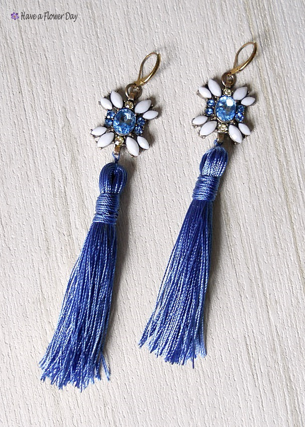 RHIN #01. Pendientes extra largos con strass y borla · Long earrings with tassels and rhinestones.