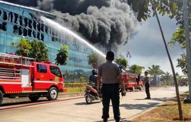 Pabrik Plastik PT Dynaplast Di Kawasan Jababeka V Terbakar