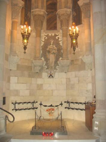 Capilla de Nuestra Señora del Carmen, con la tumba de Gaudí