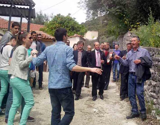 Θεσπρωτία: Γλέντι και χορός σ' όλα τα σπίτια τη 2η μέρα του Πάσχα από κατοίκους χωριού της Θεσπρωτίας...