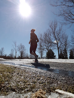 Coureuse, soleil, parc Ahuntsic, printemps, neige qui fond