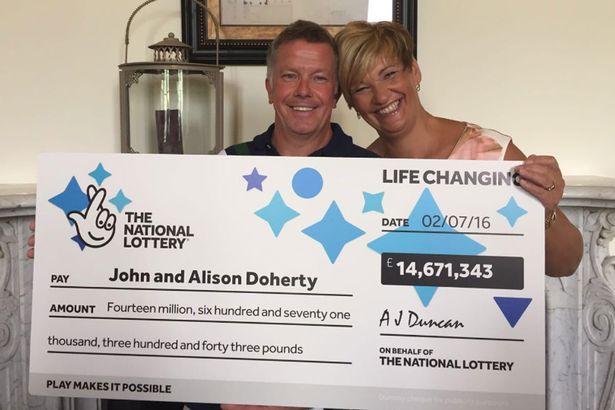 Hombre se ganó la lotería pero sigue trabajando como plomero