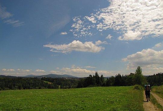 Przez łąki wsi Bystra.