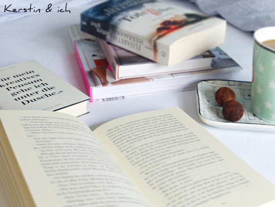 Kleine Pause mit Büchern und Kaffee