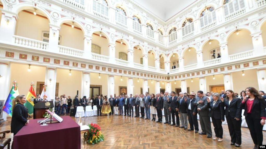 Áñez en el juramento a sus 20 ministros, tres de ellos nuevos y 17 ratificados / VOA