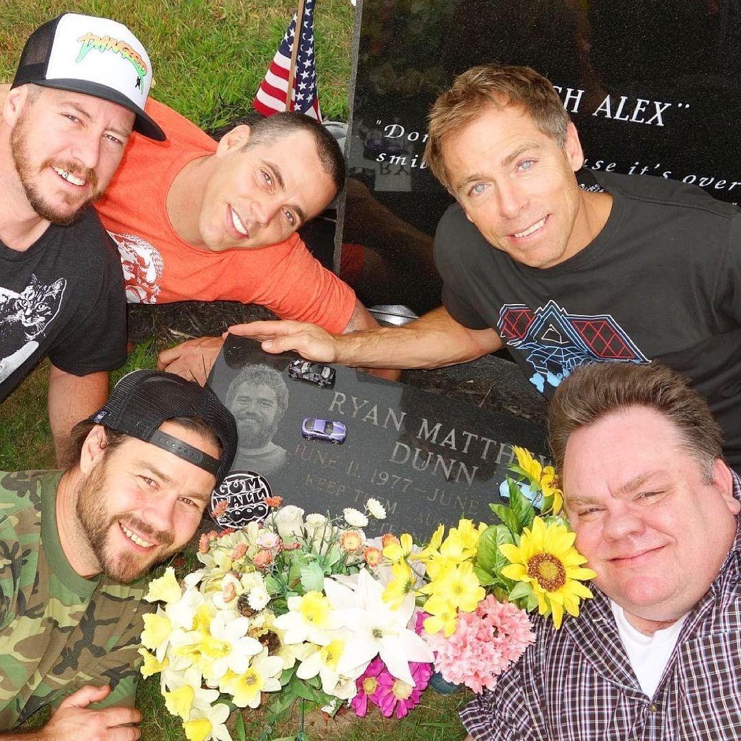 Elenco de 'Jackass' se reúne en el panteón para recordar a Ryan Dunn a 10 años de su muerte