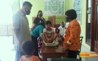 Babinsa Koramil 01 Bantu Wujudkan Balita Yang sehat Dalam Pelayanan Posyandu
