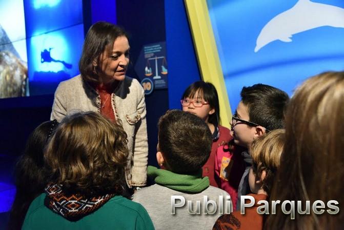 Ministra de Industria y juego interactivo con niños