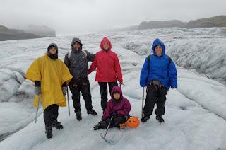 Con impermeables y abrigados en el Glaciar Sólheimajökull.
