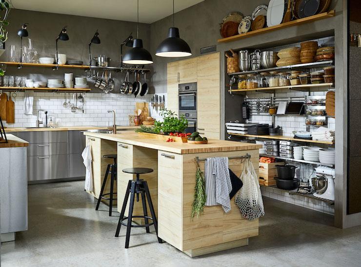 Cocina con isla con frentes de madera de IKEA 21.