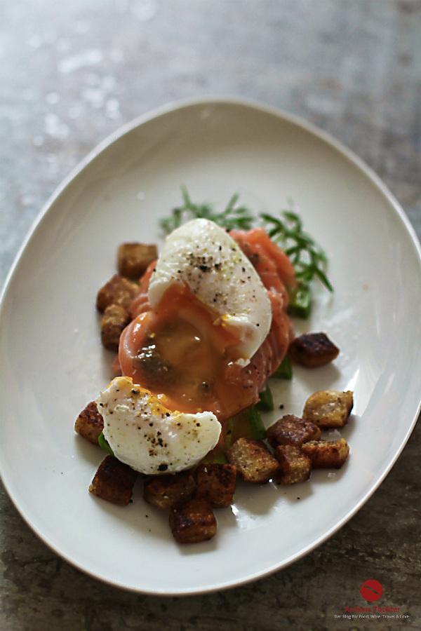 Cremige Avocado, Lachs-Sashimi, perfekt pochiertes Ei und himmlische Trüffel-Butter-Croûtons mit dem passenden Wein: Sauvignon Blanc von Delegat/Neuseeland #vorspeise #menü #valentinstag #ostern #pochieren #anleitung #roh #weißwein #trocken #arthurstochter #foodblogger #sushi #australien #küche #rezepte #raw #fisch #lafer #mälzer #trüffel #weiße #sauvignon_blanc #delegat #kaufen #bezugsquelle #jamie_oliver #foodphotography #inspiration