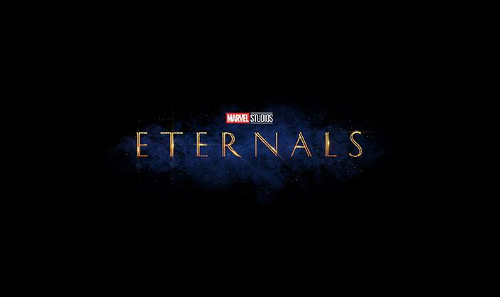 Imagem: fundo azul e preto com o logo em fonte serifada e dourada que diz 'Eternals'