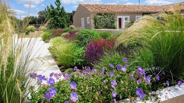 Jardín con gramíneas ornamentales y plantas vivaces dentro de una dehesa en Toledo