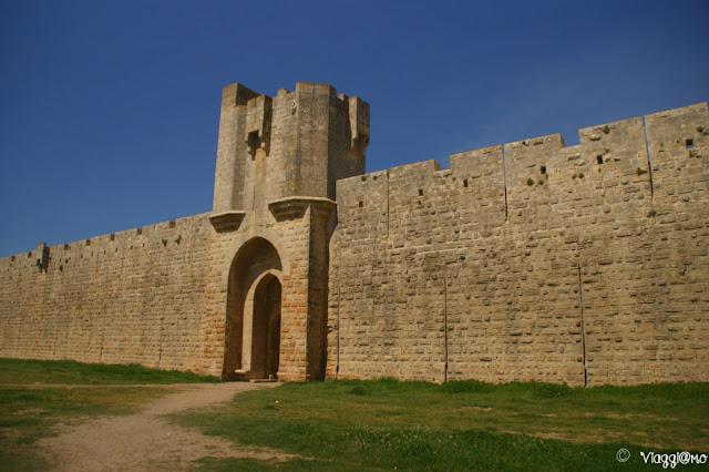 Uno scorcio dell'imponente cinta muraria di Aigues Mortes