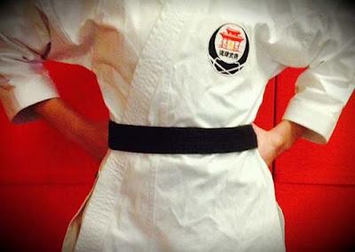 cara mengikat sabuk karate