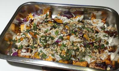 Butternusskürbis und rote Zwiebeln mit Tahini-Sauce und Zatar
