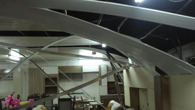 Dois elementos caem de telhado de loja em tentativa de furto