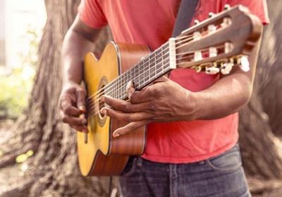 Aprenda a tocar instrumentos de graça. Aplicativo ensina online