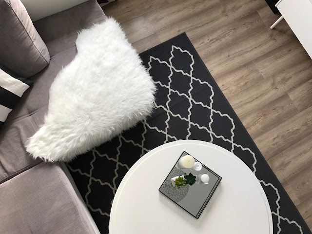 Czarno-biały salon w stylu skandynawskim