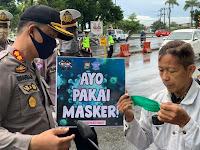 Dikira Razia, Satlantas Polres Pangkep Ternyata Bagi-bagi Masker pada Pengendara