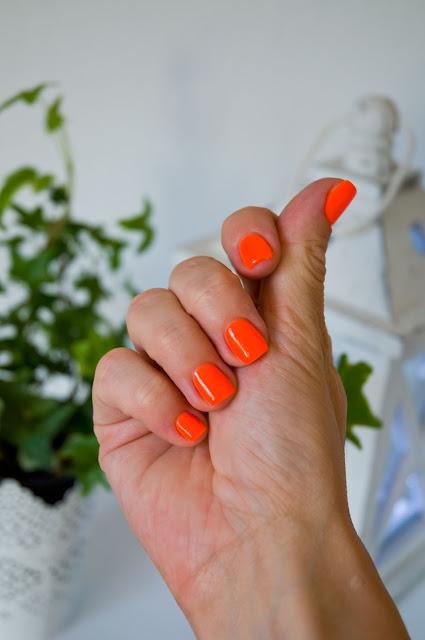 pomarańczowe paznokcie na lato jak nosić?