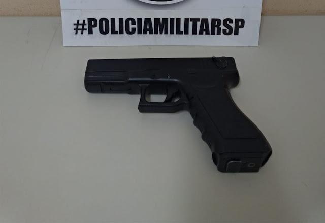 Polícia Militar prende homem em flagrante por violência doméstica e apreende simulacro de arma de fogo