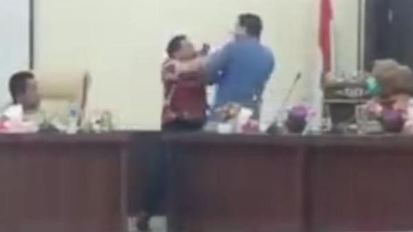 Detik-detik 2 Anggota DPRD Labusel Sumut Saling Pukul Saat Rapat Bahas CSR