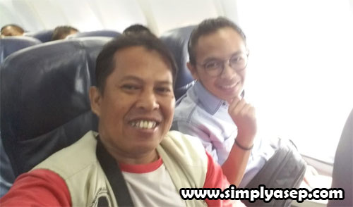 SELFI : Saya berfoto selfi dengan penumpang sebelah saya Mas Bagas yang ternuata mahasiswa UNBRAW Fakultas Hukum semester IV yang sedang lburan di Jakarta dan pulang ke Malang . Foto Asep Haryono