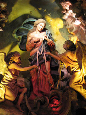 En la imagen la Virgen desata los nudos de una cinta que sostienen los angeles.