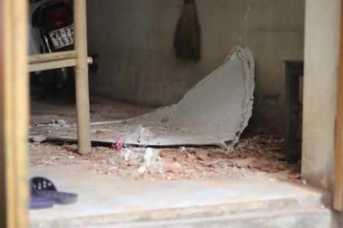 Rơi vật liệu xây dựng làm thủng mái nhà dân tại chung cư 89 Phùng Hưng