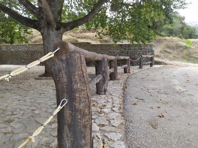 """Καρυά Αργολίδας: Εμπλούτισαν το χώρο της """"Ελίτσας"""" με κατασκευές από το φυσικό περιβάλλον του χωριού"""