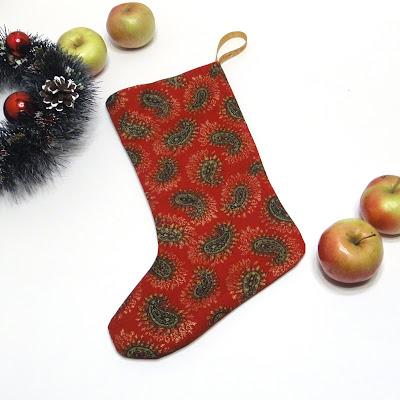Красный рождественский сапожок - узоры пейсли с золотистыми контурами. Ручная работа, доставка почтой или курьером. Новогодний сувенир коллеге или подруге