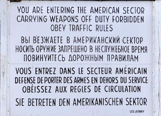 Cartello che delimitava il confine Americano-Russo a Checkpoint Charlie a Berlino