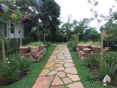 Execução do caminho no jardim com pedra Goiás tipo cacão com execução das muretas de pedra rústica com a execução da horta de temperos e a execução do paisagismo em residência em Piracaia-SP.