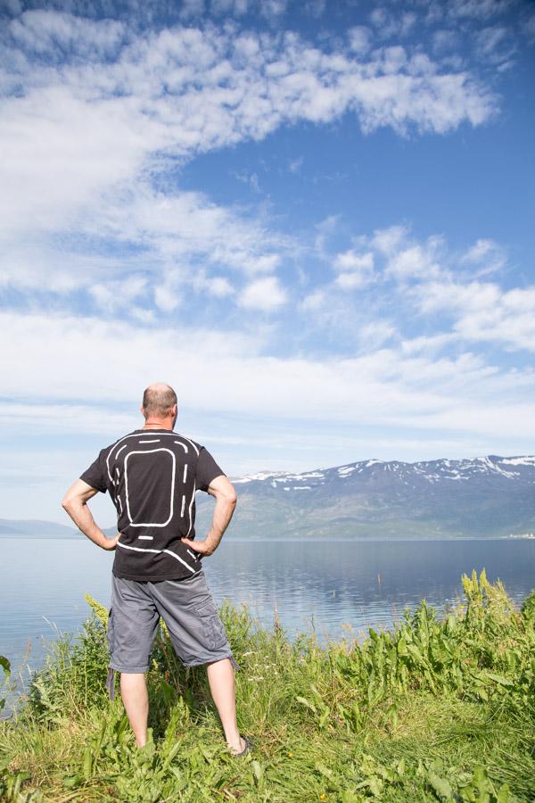 Autoratapaita Norjan vuonomaisemissa