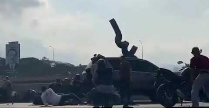 Começou! Militares que apoiam Juan Guaidó combatem os soldados da ditadura de Nicolás Maduro. VEJA VIDEO: