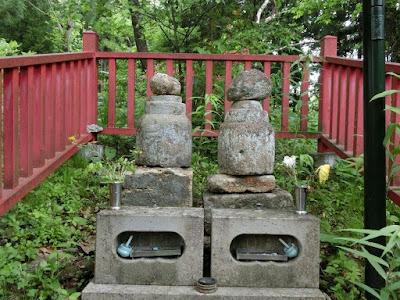 義経妻子の墓