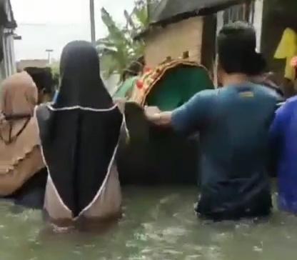 Mengantarkan Jenazah Menggunakan Perahu Sejauh 1 KM di Kedungdowo
