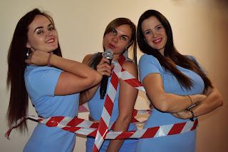 Три девушки в голубых платьях перевязаны стоп-лентой