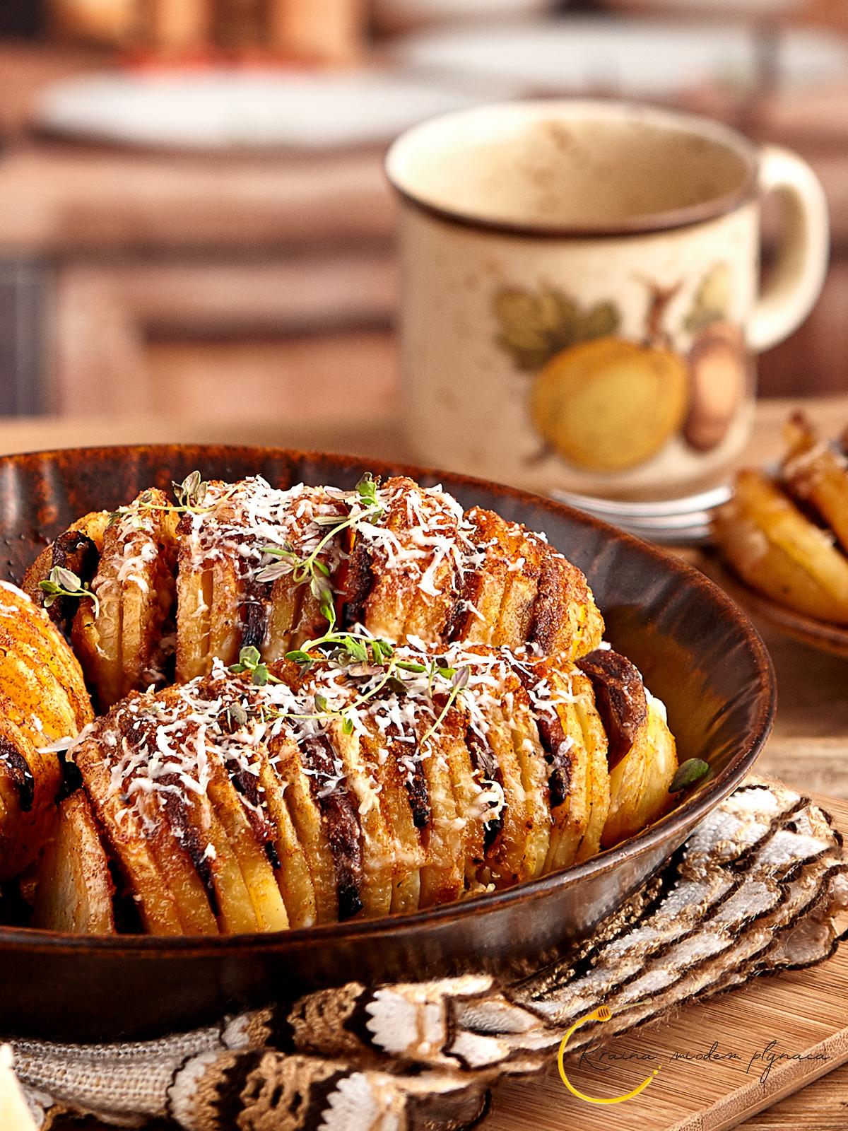 pieczone ziemniaki, ziemniaki harmonijkowe, ziemniaki hasselback, ziemniaki z piekarnika, fotografia kulinarna szczecin, kraina miodem płynąca