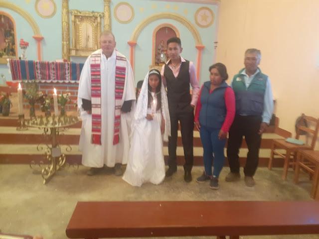 Zur Taufe durfte die Klasse von Magali in die Kirche kommen. Selbst die Lehrerin zeigte sich. Ich stelle immer wieder fest, dass Jugendliche noch nicht getauft worden sind.