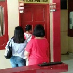 Ibu-ibu di Gunungsitoli Nias mendatangi kantor polisi.