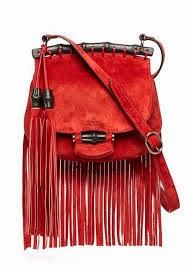 fe5162decf0 A bolsa estilo western com franjas e se possível colorida vai dar toda  diferença. Os mules