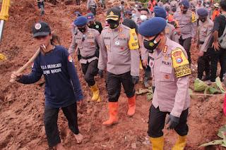 Dansat Brimob Polda Jatim Berikan Bantuan Sembako ke Korban Tanah Longsor dan Banjir di Nganjuk