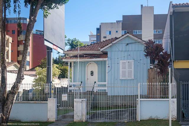 Casa de madeira pintada de azul, com detalhes brancos