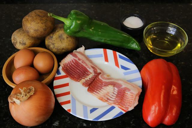 Ingredientes para patatas a lo pobre con bacon y huevos